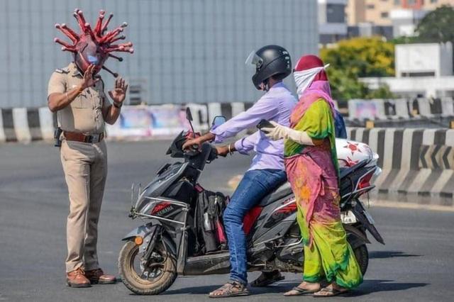 Cảnh sát Ấn Độ có mũ bảo hiểm Covid-19 - 4
