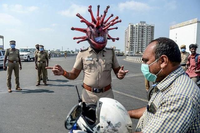 Cảnh sát Ấn Độ có mũ bảo hiểm Covid-19 - 5