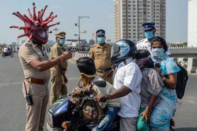 Cảnh sát Ấn Độ có mũ bảo hiểm Covid-19 - 3