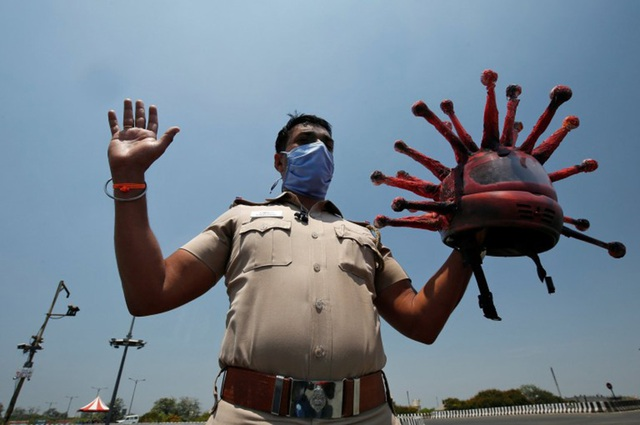Cảnh sát Ấn Độ có mũ bảo hiểm Covid-19 - 2