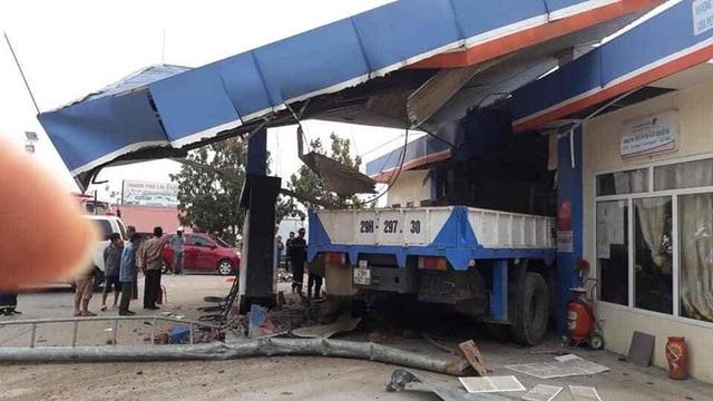 Xe tải cẩu tông sập cây xăng, 1 người chết, 5 người bị thương - 1