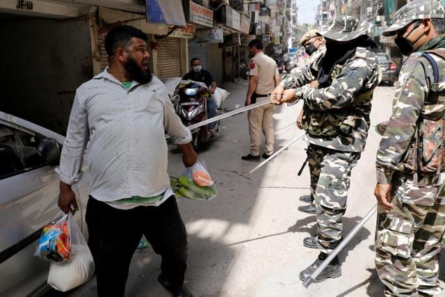Cảnh sát Ấn Độ có mũ bảo hiểm Covid-19 - 7