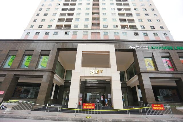 Phun khử trùng tòa chung cư tại Hà Nội có người dương tính với SARS-CoV-2 - 1