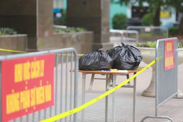 Phun khử trùng tòa chung cư tại Hà Nội có người dương tính với SARS-CoV-2 - 2