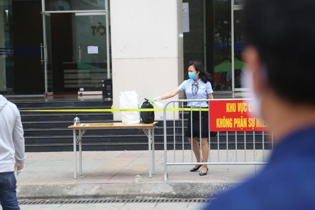 Phun khử trùng tòa chung cư tại Hà Nội có người dương tính với SARS-CoV-2 - 7