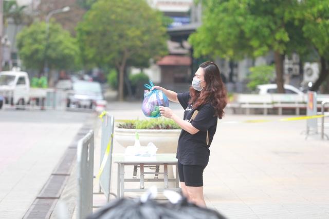 Phun khử trùng tòa chung cư tại Hà Nội có người dương tính với SARS-CoV-2 - 8