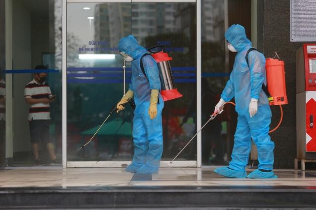 Phun khử trùng tòa chung cư tại Hà Nội có người dương tính với SARS-CoV-2 - 11