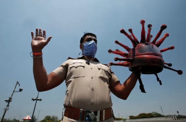 """Cảnh sát đội """"mũ bảo hiểm corona"""" cảnh báo người dân không ra đường - 3"""