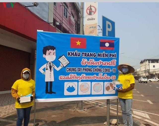 Cộng đồng người Việt Nam tại Lào chung tay chống dịch Covid-19 - 1