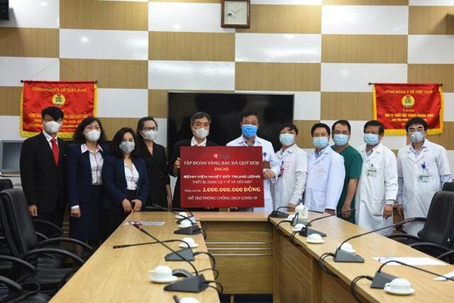 DOJI tiếp tục chung tay phòng chống dịch Covid -19: Tặng Y bác sĩ BV Bạch Mai 1 tỷ đồng - 3