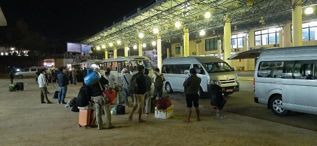 Bộ đội căng mình nơi cửa khẩu đón công dân từ Lào trở về - 4