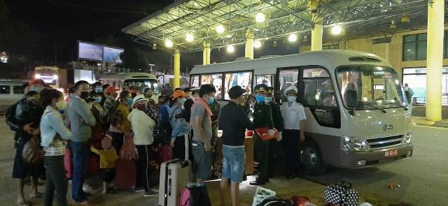Bộ đội căng mình nơi cửa khẩu đón công dân từ Lào trở về - 6