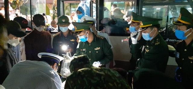 Bộ đội căng mình nơi cửa khẩu đón công dân từ Lào trở về - 5