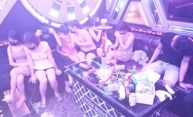 """Bất chấp lệnh cấm, 11 đối tượng vẫn """"quẩy"""" thâu đêm trong quán karaoke - 1"""