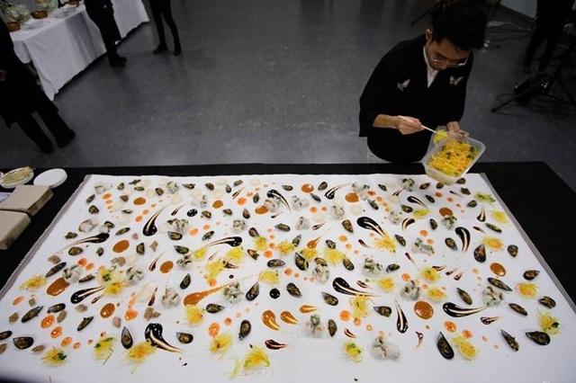 Du học sinh Việt dùng thức ăn vẽ tranh nghệ thuật lên báo Tây Ban Nha - 3