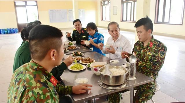 Chủ tịch tỉnh cùng ăn suất cơm 20.000 đồng của khu cách ly tập trung - 4