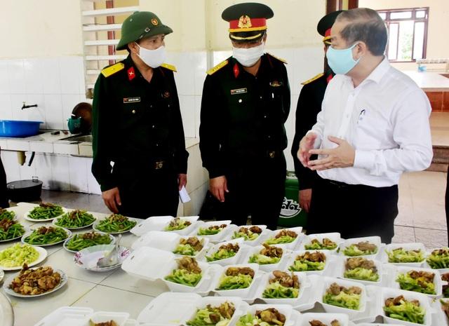 Chủ tịch tỉnh cùng ăn suất cơm 20.000 đồng của khu cách ly tập trung - 1