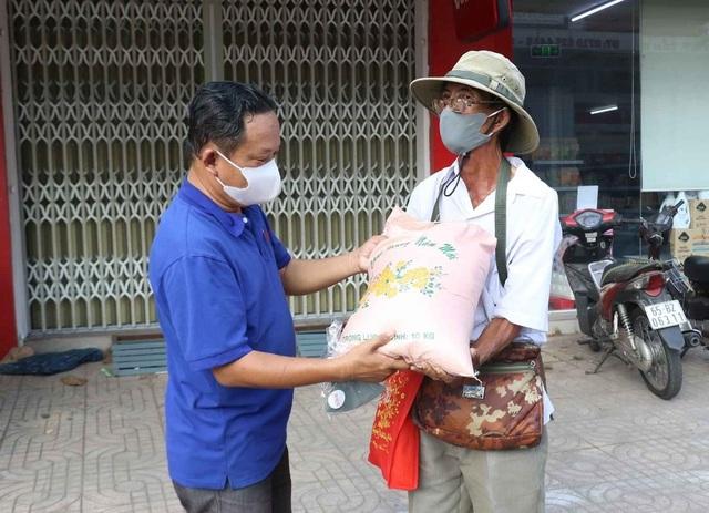 Hỗ trợ người bán vé số dạo trong những ngày tạm ngưng phát hành vé số - 1
