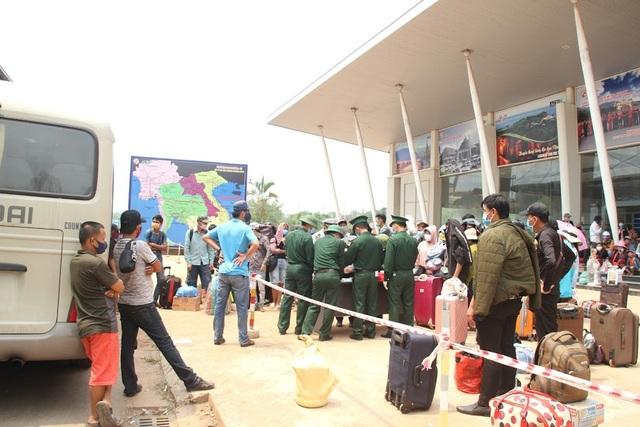Bộ đội căng mình nơi cửa khẩu đón công dân từ Lào trở về - 1