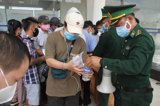 Bộ đội căng mình nơi cửa khẩu đón công dân từ Lào trở về - 3