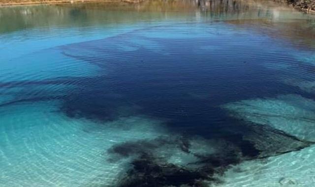 Nhuộm đen đầm nước nổi tiếng để cấm cửa khách du lịch tụ tập tham quan - 2