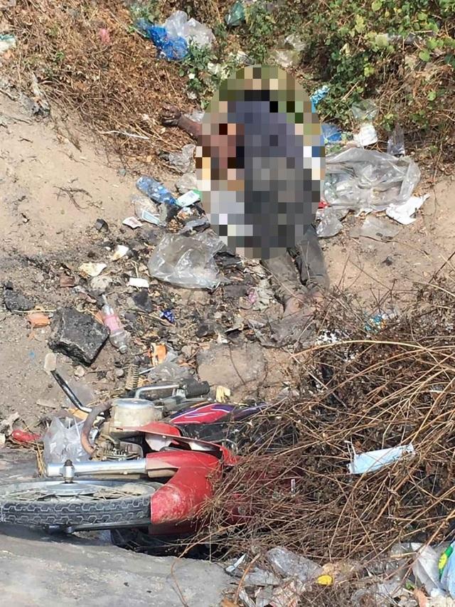 Nam thanh niên điều khiển xe máy lao xuống hố cống tử vong - 1