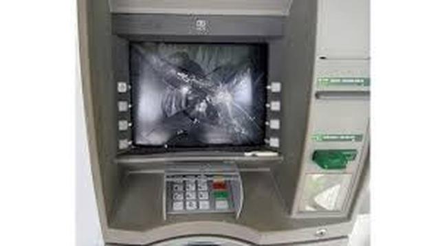 Bắt đối tượng không rút được tiền bực mình đập phá 2 cây ATM - 1