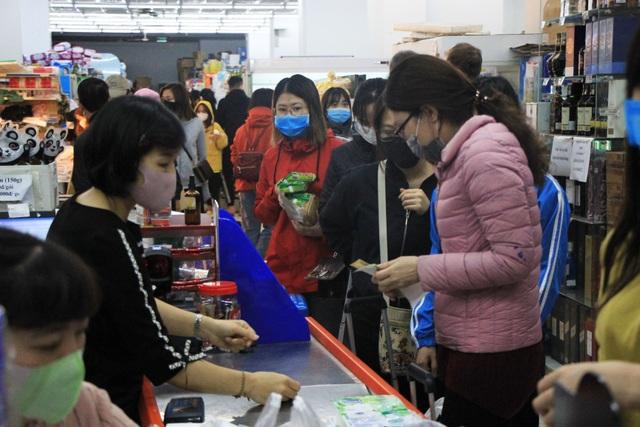 Hà Nội: Hàng cung ứng dồi dào nhưng một số người dân vẫn lo lắng dự trữ - 5