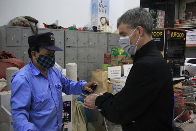 Hà Nội: Hàng cung ứng dồi dào nhưng một số người dân vẫn lo lắng dự trữ - 2