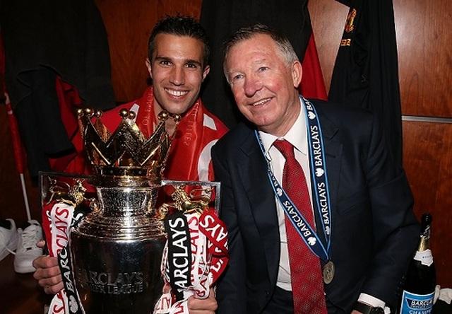 Sir Alex mạt sát hai cầu thủ Man Utd, Van Persie sốc nặng - 1