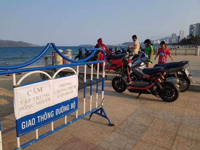 Nha Trang lập chốt, yêu cầu người dân không tụ tập trên bãi biển - 8