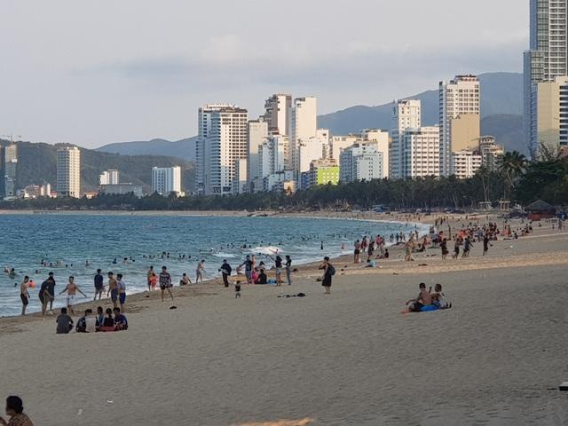 Nha Trang lập chốt, yêu cầu người dân không tụ tập trên bãi biển - 3