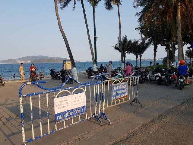Nha Trang lập chốt, yêu cầu người dân không tụ tập trên bãi biển - 11