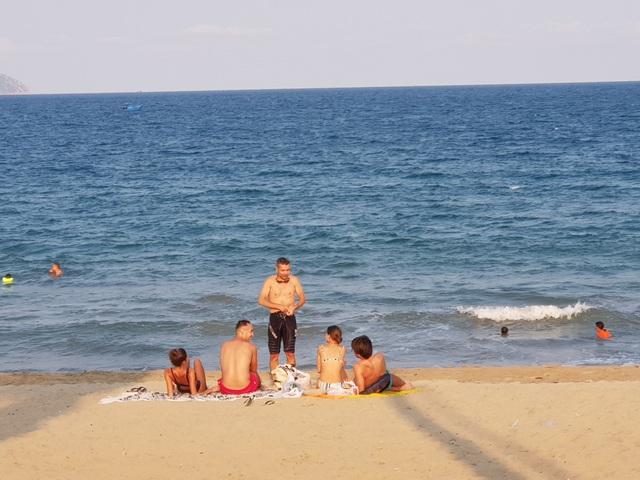Nha Trang lập chốt, yêu cầu người dân không tụ tập trên bãi biển - 9