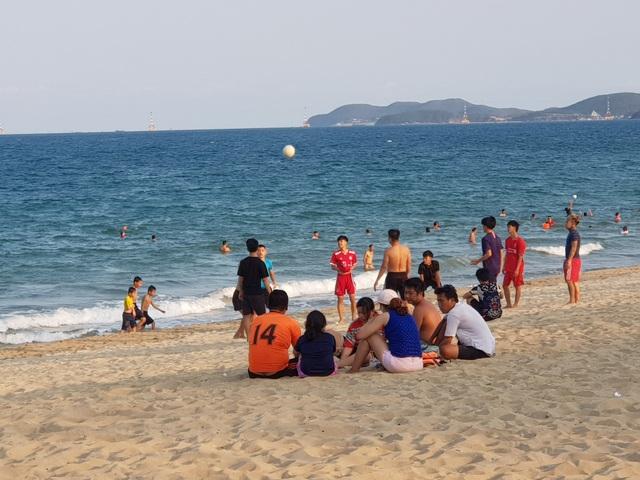 Nha Trang lập chốt, yêu cầu người dân không tụ tập trên bãi biển - 6