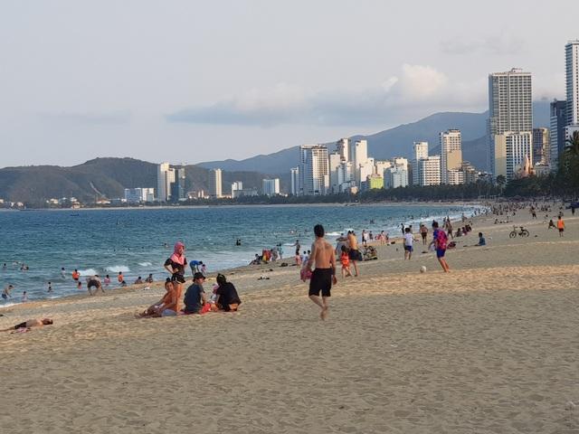 Nha Trang lập chốt, yêu cầu người dân không tụ tập trên bãi biển - 5