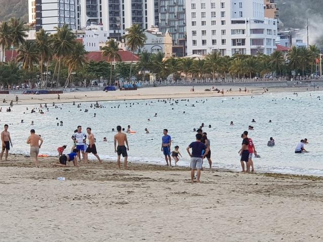 Nha Trang lập chốt, yêu cầu người dân không tụ tập trên bãi biển - 10