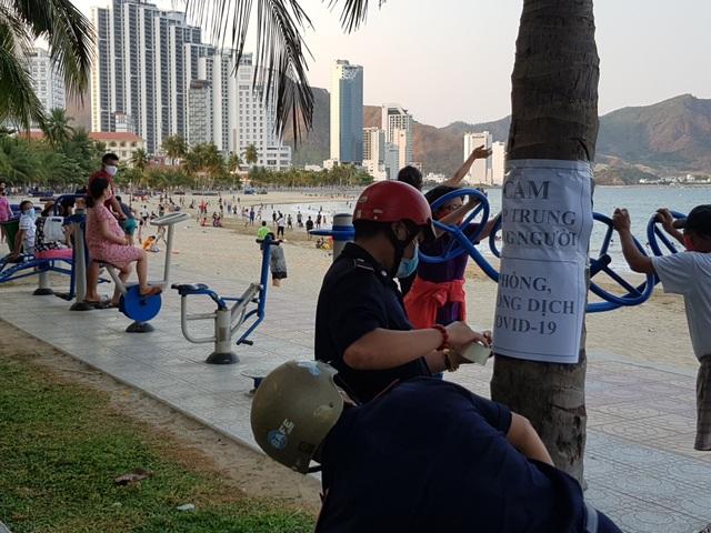 Nha Trang lập chốt, yêu cầu người dân không tụ tập trên bãi biển - 4