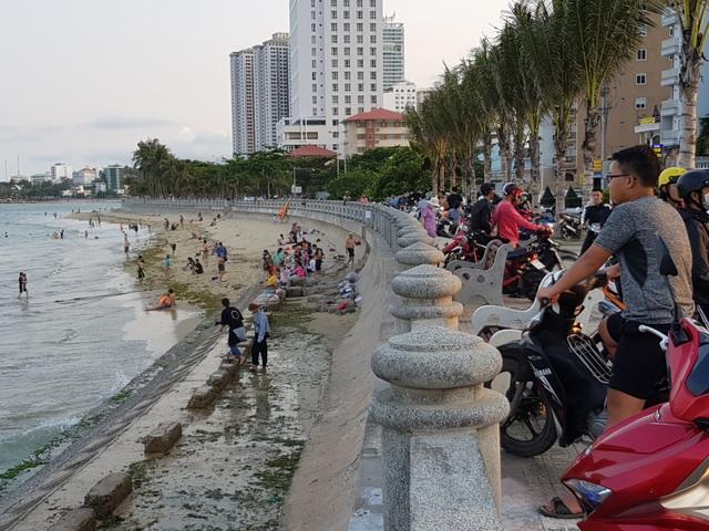 Nha Trang lập chốt, yêu cầu người dân không tụ tập trên bãi biển - 2
