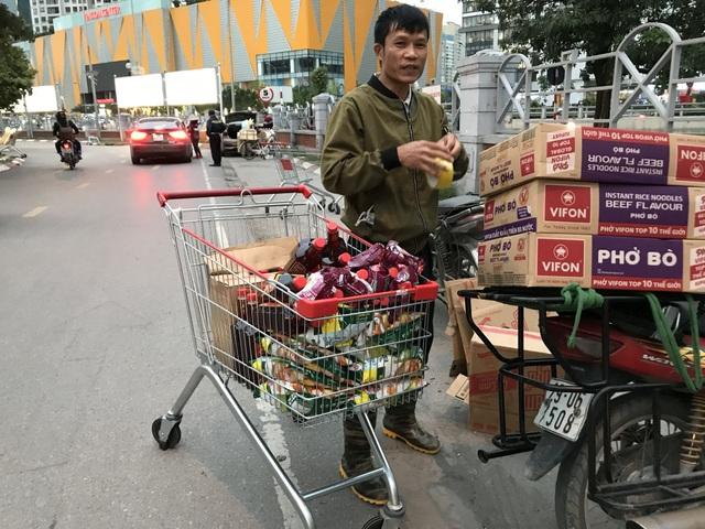 Hà Nội: Hàng cung ứng dồi dào nhưng một số người dân vẫn lo lắng dự trữ - 3