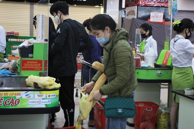 Hà Nội: Hàng cung ứng dồi dào nhưng một số người dân vẫn lo lắng dự trữ - 1