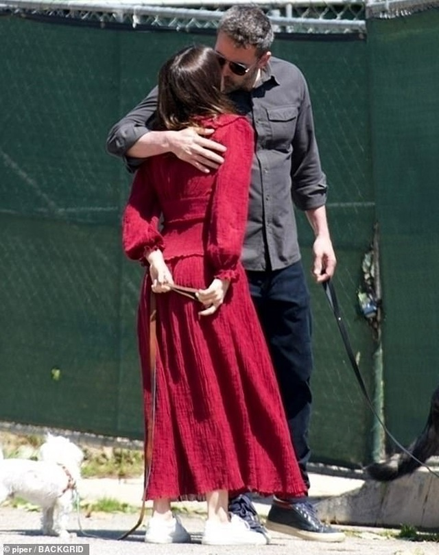 Ben Affleck hôn bạn gái trẻ ở trên phố - 1