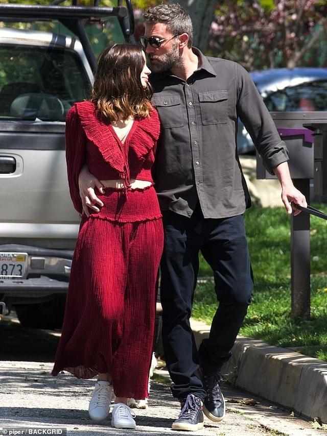 Ben Affleck hôn bạn gái trẻ ở trên phố - 2