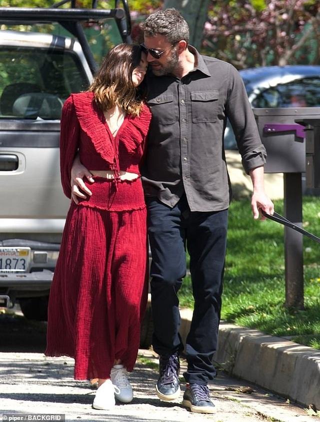 Ben Affleck hôn bạn gái trẻ trên phố - 3