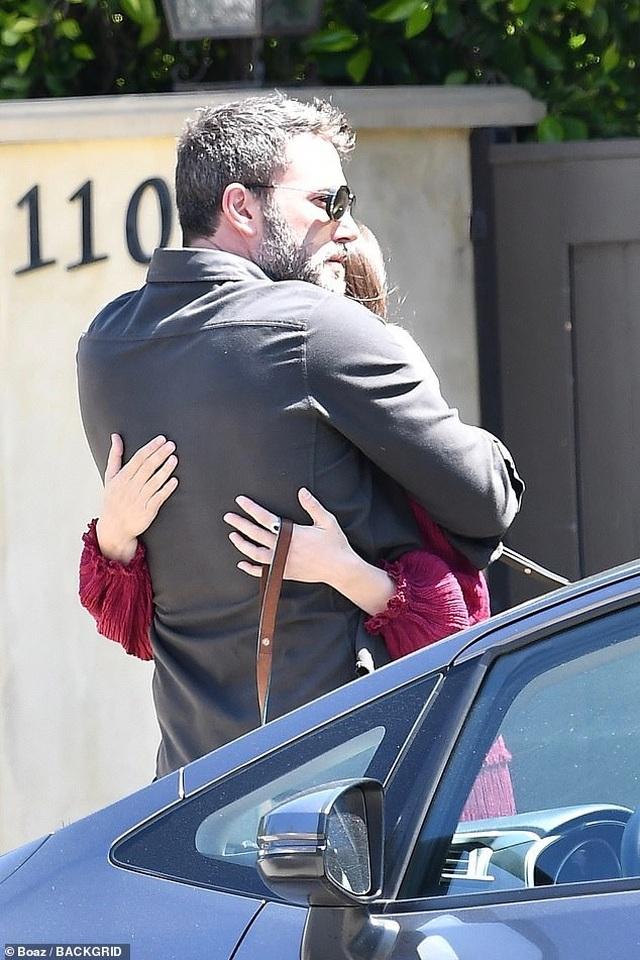 Ben Affleck hôn bạn gái trẻ ở trên phố - 5