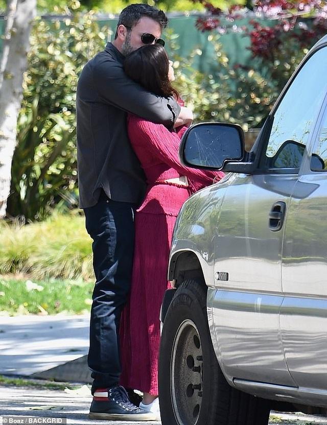Ben Affleck hôn bạn gái trẻ ở trên phố - 8