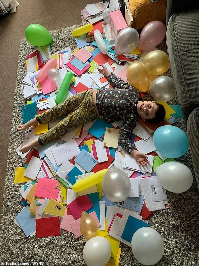 Cậu bé tự kỉ vui mừng nhận hơn 700 tấm thiếp chúc mừng sinh nhật - 1