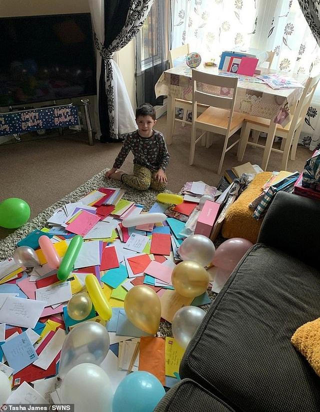 Cậu bé tự kỉ vui mừng nhận hơn 700 tấm thiếp chúc mừng sinh nhật - 2