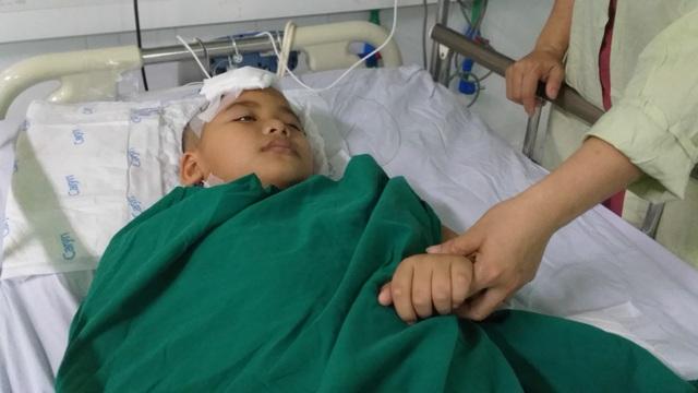 Xót thương cảnh cháu bé 9 tuổi bị xuất huyết não nằm bất động trên giường - 5