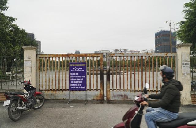 Hà Nội: Hàng loạt công viên đóng cửa, người dân vượt rào vào tập thể dục - 12